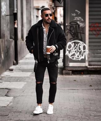 Weiße Leder niedrige Sneakers kombinieren: lässige Outfits für kalt Wetter: trends 2020: Für ein bequemes Couch-Outfit, erwägen Sie das Tragen von einer schwarzen Lammfelljacke und schwarzen engen Jeans mit Destroyed-Effekten. Machen Sie Ihr Outfit mit weißen Leder niedrigen Sneakers eleganter.