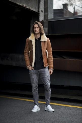Wie kombinieren: braune Lammfelljacke, schwarzes Langarmhemd, graue Jeans mit Destroyed-Effekten, weiße Leder niedrige Sneakers
