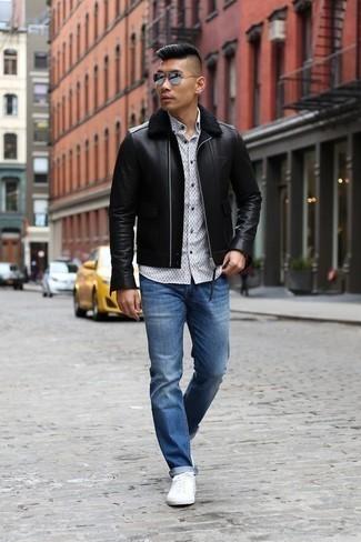 Schwarze Lammfelljacke kombinieren: trends 2020: Kombinieren Sie eine schwarze Lammfelljacke mit blauen Jeans, um mühelos alles zu meistern, was auch immer der Tag bringen mag. Fühlen Sie sich mutig? Ergänzen Sie Ihr Outfit mit weißen Segeltuch niedrigen Sneakers.