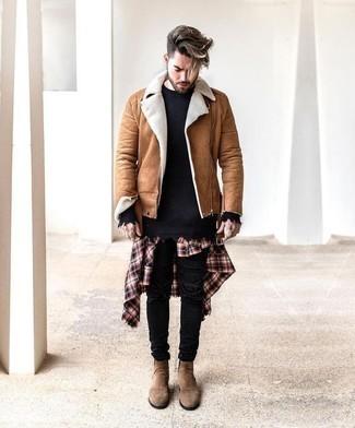 Schwarze enge Jeans mit Destroyed-Effekten kombinieren: trends 2020: Entscheiden Sie sich für eine beige Lammfelljacke und schwarzen enge Jeans mit Destroyed-Effekten für einen entspannten Wochenend-Look. Vervollständigen Sie Ihr Outfit mit beige Chelsea Boots aus Wildleder, um Ihr Modebewusstsein zu zeigen.