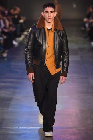 schwarze Lammfelljacke, orange Flanell Langarmhemd, schwarzes T-Shirt mit einem Rundhalsausschnitt, schwarze Chinohose für Herren