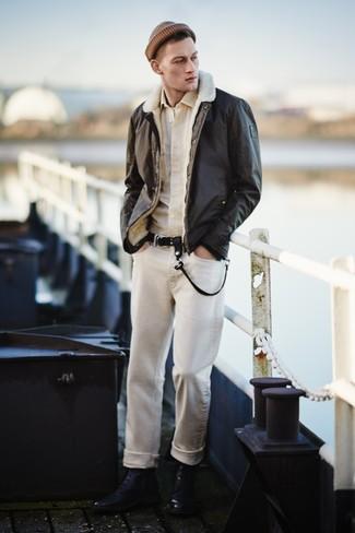 dunkelbraune Lammfelljacke, hellbeige Langarmhemd, weißes T-Shirt mit einem Rundhalsausschnitt, hellbeige Jeans für Herren