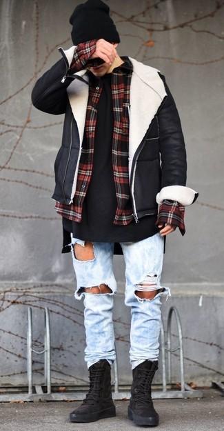 Hellblaue Jeans mit Destroyed-Effekten kombinieren für Winter: trends 2020: Eine schwarze und weiße Lammfelljacke und hellblaue Jeans mit Destroyed-Effekten sind eine perfekte Outfit-Formel für Ihre Sammlung. Schwarze hohe Sneakers aus Wildleder sind eine ideale Wahl, um dieses Outfit zu vervollständigen. Dieses Outfit eignet sich perfekt für den Winter.