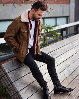 Wie kombinieren: braune Lammfelljacke, rotes und schwarzes Flanell Langarmhemd mit Karomuster, weißes T-Shirt mit einem Rundhalsausschnitt, schwarze enge Jeans