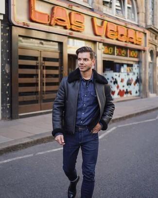Schwarze Lammfelljacke kombinieren – 150 Herren Outfits: Kombinieren Sie eine schwarze Lammfelljacke mit dunkelblauen engen Jeans für ein sonntägliches Mittagessen mit Freunden. Fühlen Sie sich mutig? Vervollständigen Sie Ihr Outfit mit schwarzen Chelsea Boots aus Leder.