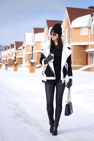 Entscheiden Sie sich für eine schwarze und weiße Lammfelljacke und schwarzen Leder Enge Jeans für ein sonntägliches Mittagessen mit Freunden. Machen Sie Ihr Outfit mit schwarzen Leder Stiefeletten eleganter.