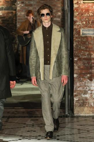 olivgrüne Lammfelljacke, olivgrünes Wildleder Businesshemd, graue Anzughose mit Schottenmuster, dunkelbraune Leder Oxford Schuhe für Herren