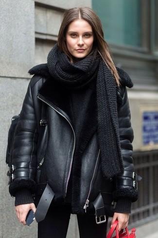 Wie kombinieren: schwarze Lammfelljacke, schwarzer Oversize Pullover, schwarze enge Jeans, schwarzer Leder Rucksack