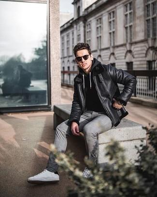 Silberne Uhr kombinieren – 500+ Herren Outfits: Kombinieren Sie eine schwarze Lammfelljacke mit einer silbernen Uhr für einen entspannten Wochenend-Look. Fühlen Sie sich ideenreich? Ergänzen Sie Ihr Outfit mit weißen und schwarzen Segeltuch niedrigen Sneakers.