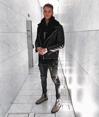 Wie kombinieren: schwarze Lammfelljacke, schwarzer und weißer horizontal gestreifter Pullover mit einem Kapuze, dunkelgraue enge Jeans mit Destroyed-Effekten, graue Chelsea-Stiefel aus Wildleder
