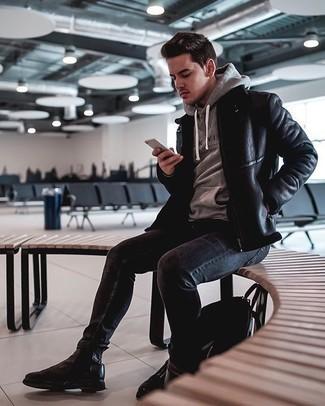 Schwarze enge Jeans kombinieren – 500+ Herren Outfits: Kombinieren Sie eine schwarze Lammfelljacke mit schwarzen engen Jeans für ein Alltagsoutfit, das Charakter und Persönlichkeit ausstrahlt. Fühlen Sie sich mutig? Vervollständigen Sie Ihr Outfit mit schwarzen Chelsea Boots aus Leder.