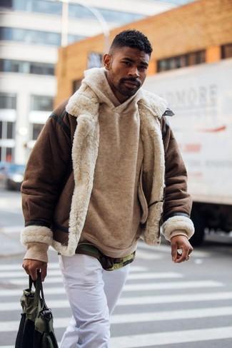Wie kombinieren: dunkelbraune Lammfelljacke, beige Pullover mit einem Kapuze, olivgrünes Camouflage T-Shirt mit einem Rundhalsausschnitt, weiße Chinohose