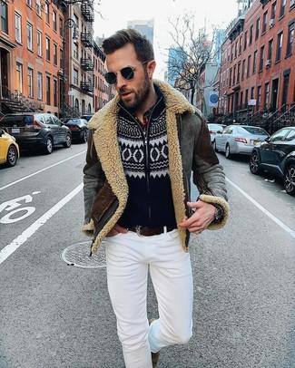 Wie kombinieren: dunkelgraue Lammfelljacke, schwarzer Pullover mit einem Reißverschluß mit Weihnachten Muster, weiße enge Jeans, braune Chelsea-Stiefel aus Wildleder