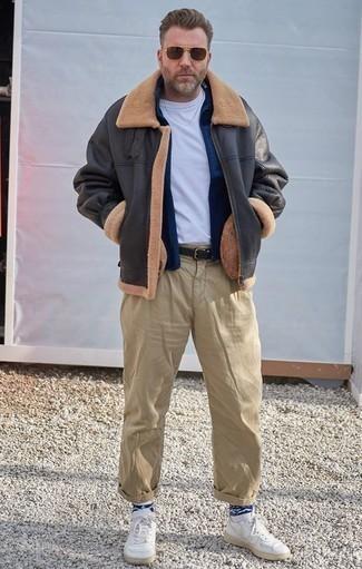 Weiße Leder niedrige Sneakers kombinieren für Winter: trends 2020: Kombinieren Sie eine dunkelgraue Lammfelljacke mit einer beige Chinohose für ein großartiges Wochenend-Outfit. Suchen Sie nach leichtem Schuhwerk? Vervollständigen Sie Ihr Outfit mit weißen Leder niedrigen Sneakers für den Tag. So ist der Look komplett wintertauglich.