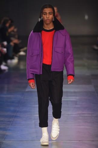 lila Lammfelljacke, roter Pullover mit einem Rundhalsausschnitt, schwarze Chinohose, weiße Leder niedrige Sneakers für Herren