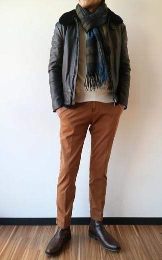 Schwarze Lammfelljacke kombinieren: trends 2020: Kombinieren Sie eine schwarze Lammfelljacke mit einer rotbraunen Chinohose, um mühelos alles zu meistern, was auch immer der Tag bringen mag. Komplettieren Sie Ihr Outfit mit dunkelbraunen Chelsea Boots aus Leder, um Ihr Modebewusstsein zu zeigen.