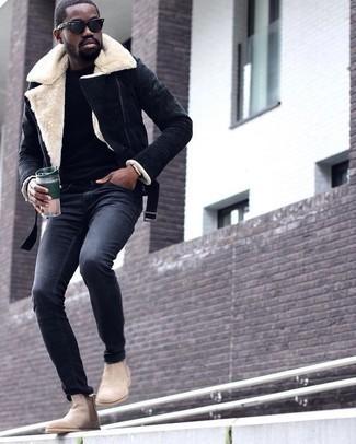 Schwarzen Pullover mit einem Rundhalsausschnitt kombinieren: trends 2020: Kombinieren Sie einen schwarzen Pullover mit einem Rundhalsausschnitt mit einer dunkelgrauen Chinohose für einen bequemen Alltags-Look. Fühlen Sie sich ideenreich? Komplettieren Sie Ihr Outfit mit hellbeige Chelsea Boots aus Wildleder.
