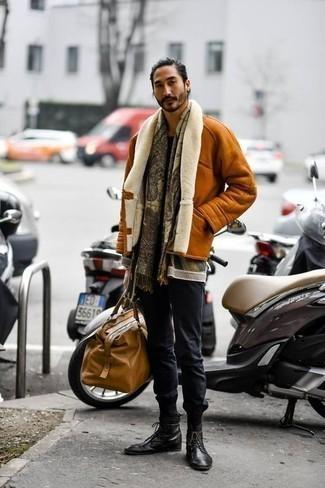 Mehrfarbigen Pullover mit einem Rundhalsausschnitt kombinieren – 48 Herren Outfits: Tragen Sie einen mehrfarbigen Pullover mit einem Rundhalsausschnitt und eine dunkelblaue Chinohose für ein Alltagsoutfit, das Charakter und Persönlichkeit ausstrahlt. Fühlen Sie sich ideenreich? Wählen Sie eine schwarze Lederfreizeitstiefel.