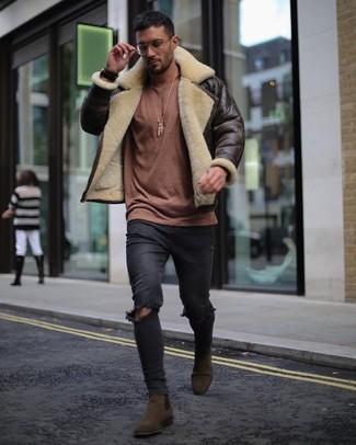 Wie kombinieren: dunkelbraune Lammfelljacke, brauner Pullover mit einem Rundhalsausschnitt, schwarze enge Jeans mit Destroyed-Effekten, dunkelbraune Chelsea-Stiefel aus Wildleder