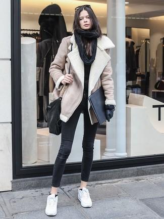 Wie kombinieren: hellbeige Lammfelljacke, schwarzer Pullover mit einem Rundhalsausschnitt, schwarze enge Jeans, weiße Leder niedrige Sneakers