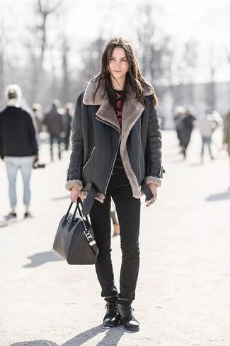 Wie kombinieren: schwarze Lammfelljacke, roter und schwarzer bedruckter Pullover mit einem Rundhalsausschnitt, schwarze enge Jeans, schwarze flache Stiefel mit einer Schnürung aus Leder