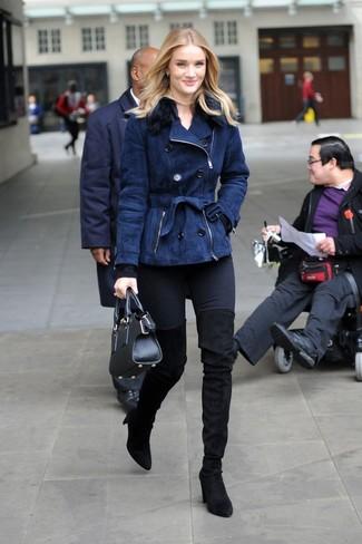 Wie kombinieren: dunkelblaue Lammfelljacke, schwarzer Pullover mit einem Rundhalsausschnitt, schwarze enge Jeans, schwarze Overknee Stiefel aus Wildleder