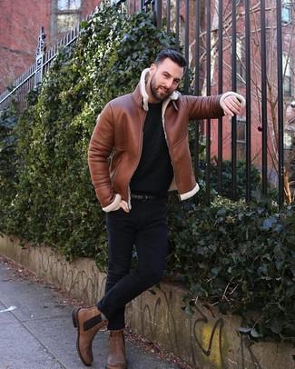 Wie kombinieren: rotbraune Lammfelljacke, schwarzer Strick Pullover mit einem Rundhalsausschnitt, schwarze enge Jeans, braune Chelsea-Stiefel aus Leder