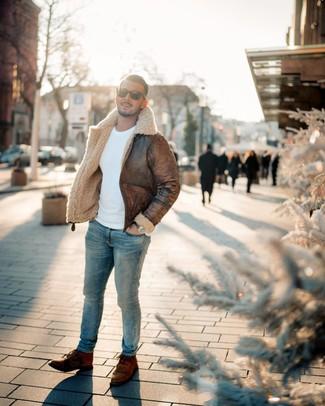 Wie kombinieren: braune Lammfelljacke, weißer Pullover mit einem Rundhalsausschnitt, hellblaue enge Jeans, braune Lederfreizeitstiefel