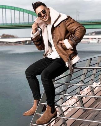 Herren Outfits & Modetrends: Erwägen Sie das Tragen von einer braunen Lammfelljacke und schwarzen engen Jeans, um einen lockeren, aber dennoch stylischen Look zu erhalten. Fügen Sie braunen Chelsea-Stiefel aus Wildleder für ein unmittelbares Style-Upgrade zu Ihrem Look hinzu.
