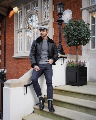 Schwarze Lammfelljacke kombinieren – 150 Herren Outfits: Paaren Sie eine schwarze Lammfelljacke mit dunkelblauen engen Jeans für ein Alltagsoutfit, das Charakter und Persönlichkeit ausstrahlt. Schwarze Chelsea Boots aus Leder putzen umgehend selbst den bequemsten Look heraus.