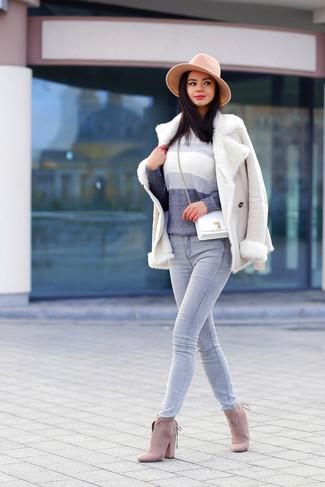 Wie kombinieren: hellbeige Lammfelljacke, grauer Ombre Pullover mit einem Rundhalsausschnitt, graue Jeans, hellbeige Wildleder Stiefeletten