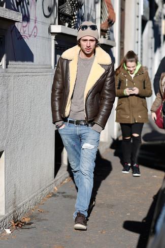 Wie kombinieren: dunkelbraune Lammfelljacke, brauner Pullover mit einem Rundhalsausschnitt, hellblaue Jeans, dunkelbraune Leder niedrige Sneakers