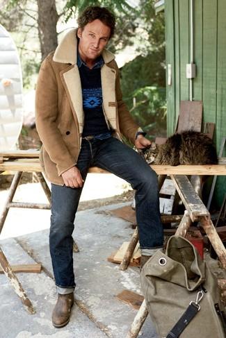 Wie kombinieren: beige Lammfelljacke, dunkelblauer bedruckter Pullover mit einem Rundhalsausschnitt, dunkelblaues Jeanshemd, dunkelblaue Jeans