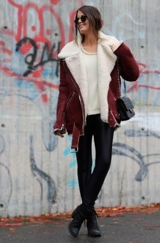 Eine dunkelrote Lammfelljacke und schwarze Lederleggings sind eine perfekte Outfit-Formel für Ihre Sammlung. Heben Sie dieses Ensemble mit schwarzen Leder Stiefeletten hervor.