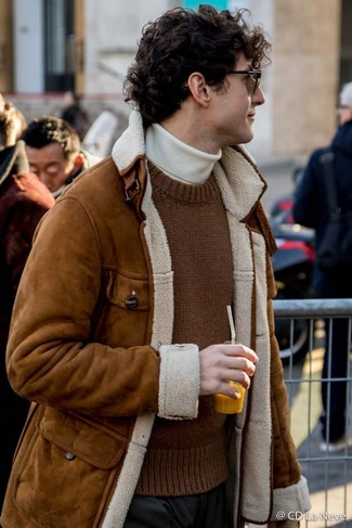 Wie kombinieren: braune Lammfelljacke, brauner Strick Pullover mit einem Rundhalsausschnitt, weißer Rollkragenpullover, schwarze Anzughose