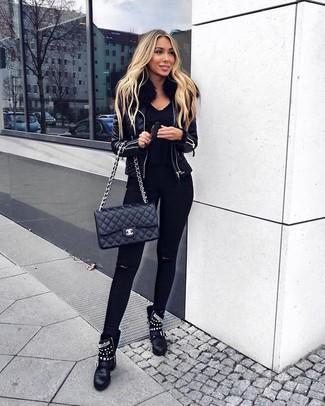 Wie kombinieren: schwarze Lederlammfelljacke, schwarzer Pullover mit einem V-Ausschnitt, schwarze enge Jeans mit Destroyed-Effekten, schwarze beschlagene Leder Stiefeletten
