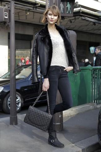 Wie kombinieren: schwarze Lammfelljacke, weißer Pullover mit einem V-Ausschnitt, schwarze enge Jeans, schwarze Leder mittelalte Stiefel