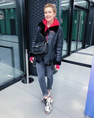 Wie kombinieren: schwarze Lammfelljacke, roter Pullover mit einer Kapuze, graue enge Jeans, graue Sportschuhe