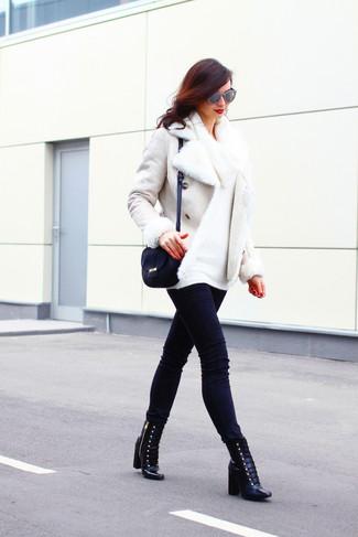 Wie kombinieren: weiße Lammfelljacke, weißer Pullover mit einer weiten Rollkragen, schwarze enge Jeans, schwarze Schnürstiefeletten aus Leder
