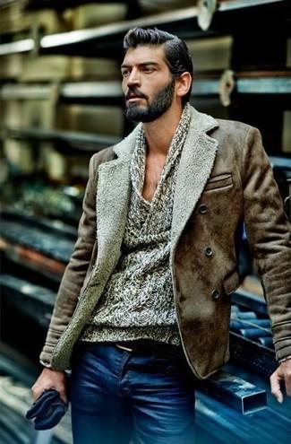 Wie kombinieren: braune Lammfelljacke, grauer Pullover mit einer weiten Rollkragen, blaue Jeans, schwarzer Ledergürtel