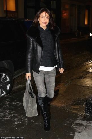 Wie kombinieren: schwarze Lammfelljacke, schwarzer Pullover mit einer weiten Rollkragen, weißes T-Shirt mit einem Rundhalsausschnitt, graue Jeans