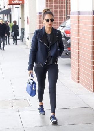 Jessica Alba trägt Dunkelblaue Lammfelljacke, Dunkelgrauer Pullover mit Rundhalsausschnitt, Schwarze Leggings, Dunkelblaue Sportschuhe