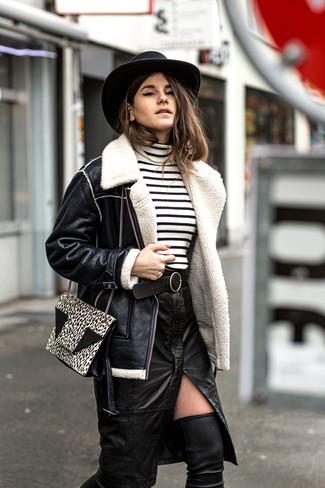 Wie kombinieren: schwarze Lammfelljacke, weißer und schwarzer horizontal gestreifter Rollkragenpullover, schwarzer Leder Bleistiftrock mit Schlitz, schwarze Overknee Stiefel aus Leder