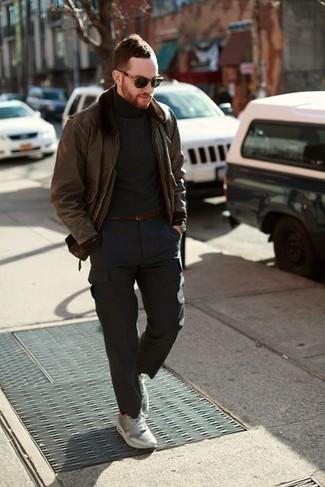 Herren Outfits & Modetrends 2020: Casual-Outfits: Vereinigen Sie eine braune Lammfelljacke mit einer dunkelgrauen Cargohose für ein großartiges Wochenend-Outfit. Fühlen Sie sich mutig? Ergänzen Sie Ihr Outfit mit grauen Sportschuhen.