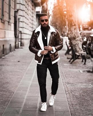 Dunkelbraune Lammfelljacke kombinieren: trends 2020: Entscheiden Sie sich für eine dunkelbraune Lammfelljacke und eine schwarze Chinohose, um mühelos alles zu meistern, was auch immer der Tag bringen mag. Fühlen Sie sich mutig? Ergänzen Sie Ihr Outfit mit weißen Leder niedrigen Sneakers.