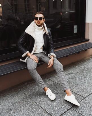 Wie kombinieren: schwarze und weiße Lammfelljacke, weißer Strick Rollkragenpullover, schwarze Chinohose mit Hahnentritt-Muster, weiße niedrige Sneakers