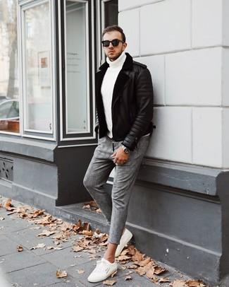 Wie kombinieren: schwarze Lammfelljacke, weißer Strick Rollkragenpullover, graue Chinohose mit Schottenmuster, weiße niedrige Sneakers