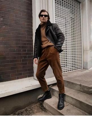 Herren Outfits 2020: Paaren Sie eine schwarze Lammfelljacke mit einer braunen Cord Chinohose, um einen lockeren, aber dennoch stylischen Look zu erhalten. Eine schwarze Lederfreizeitstiefel fügen sich nahtlos in einer Vielzahl von Outfits ein.