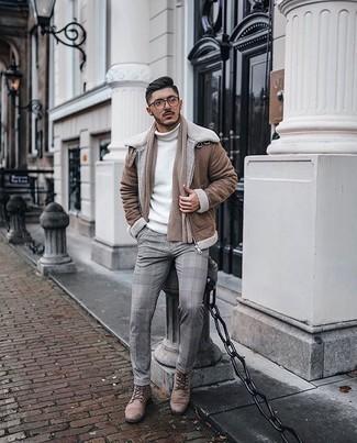 Beige Schal kombinieren – 193 Herren Outfits: Eine braune Lammfelljacke und ein beige Schal sind eine gute Outfit-Formel für Ihre Sammlung. Eine beige Lederfreizeitstiefel putzen umgehend selbst den bequemsten Look heraus.