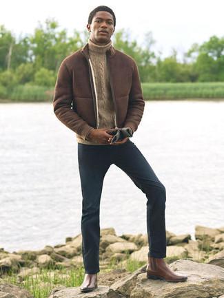 Handschuhe kombinieren – 500+ Herren Outfits: Eine dunkelbraune Lammfelljacke und Handschuhe vermitteln eine sorglose und entspannte Atmosphäre. Entscheiden Sie sich für dunkelbraunen Chelsea Boots aus Leder, um Ihr Modebewusstsein zu zeigen.